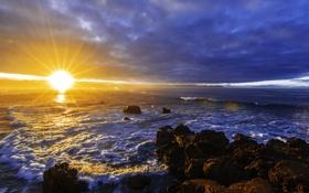 Картинка море, волны, тучи, камни, рассвет, побережье, лучи солнца