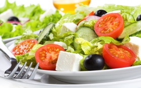 Обои сыр, лук, тарелка, вилка, помидоры, огурцы, салат