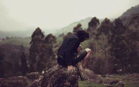 Картинка туман, холмы, камень, долина, мужчина, сидя, дождливая
