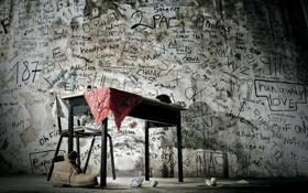 Картинка стол, комната, стена, ботинок