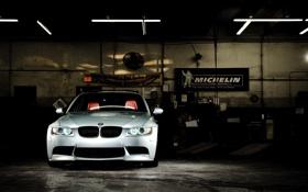Картинка бмв, серебристый, BMW, баннер, мастерская, передняя часть, E90
