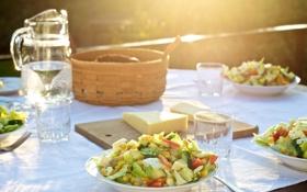 Обои вода, стол, еда, тарелки, стаканы, скатерть, салат