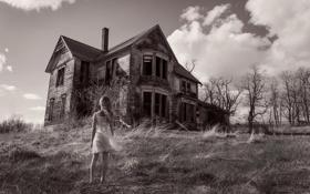 Картинка девочка, заброшенный дом, монохромное фото