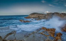Обои брызги, камни, скалы, небо, шторм, море