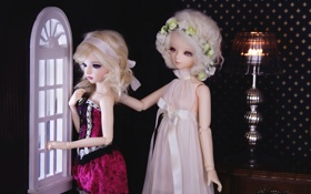 Обои девочки, игрушки, куклы, интерьер, окно, блондинки, смотрят