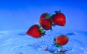 Обои вода, капли, синий, ягоды, всплеск, клубника