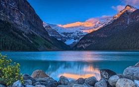 Обои зима, лес, горы, озеро, камни, рассвет, берег