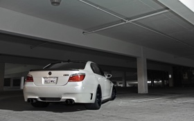 Обои белый, разметка, bmw, колонны, парковка, white, вид сзади