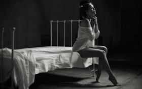 Обои девушка, комната, кровать, одна