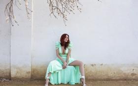 Обои девушка, поза, стена, платье, сидит