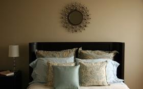 Обои лампа, подушки, зеркало, постель