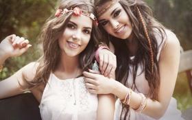 Картинка девушки, браслеты, улыбки, карие глаза, взгляды, подружки