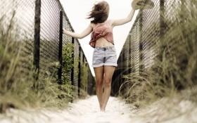 Картинка песок, лето, девушка, забор