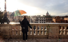 Картинка девушка, солнце, лучи, город, здания, дома, зонт