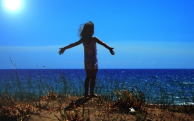 Картинка море, небо, трава, солнце, берег, горизонт, девочка