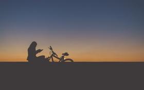 Картинка небо, девушка, закат, велосипед, силуэт, чтение