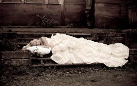 Картинка девушка, дом, сон, платье, блондинка, лестница