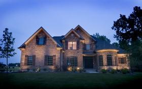 Картинка газон, фонари, ночь, дом, огни, кусты, особняк