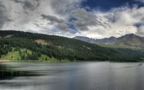 Обои лес, водоём, облачное, небо, горы, чистота