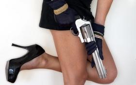 Обои девушка, оружие, револвер