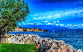 Картинка море, небо, трава, облака, горы, камни, дерево