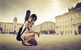 Картинка девушка, город, гитара, наушники, очки, чехол