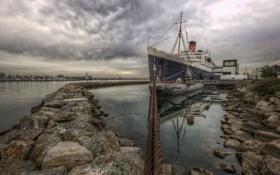 Обои субмарина, камни, небо, облака, причал, Queen Mary, США