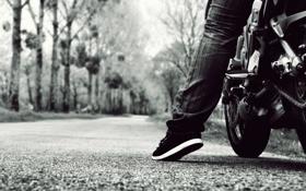 Обои дорога, мотоцикл, нога