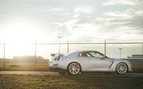 Картинка трава, солнце, закат, забор, GTR, Nissan