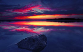 Обои небо, облака, закат, озеро, река, камень, зарево