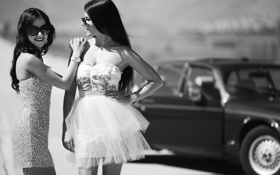 Картинка машина, улыбка, девушки, платье, очки, черно-белое