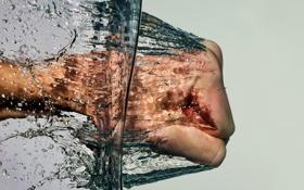 Обои вода, макро, кулак