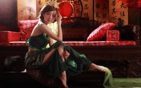 Картинка девушка, диван, юбка, подушки, брюнетка, шкура, фонарь