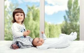 Картинка зелень, радость, окно, девочка, подоконник, ребёнок, младенец