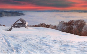 Обои зима, облака, деревья, туман, строения, сопки