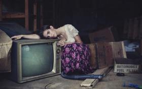 Обои девушка, телевизор, чердак