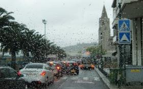 Обои стекло, вода, капли, город, дождь