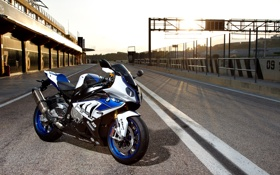 Картинка закат, bmw, бмв, мотоцикл, white, bike, гоночный трек