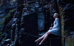 Обои девушка, камни, платье, ножки, Aleah Michele
