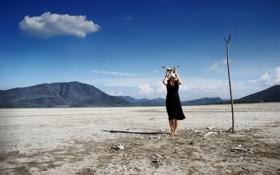 Картинка девушка, пустыня, кости