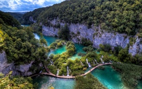Обои Plitvice Lakes, лес, скалы, дорожки, туристы, озера, мостки