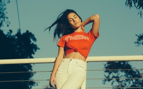 Картинка девушка, джинсы, футболка, белые