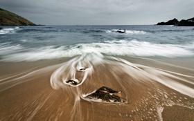 Картинка море, пляж, небо, вода, тучи, камни, скалы