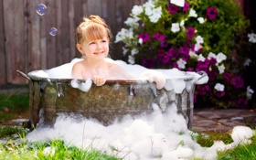 Картинка мыльные пузыри, улыбка, сад, ванна, девочка, ребёнок, солнечно