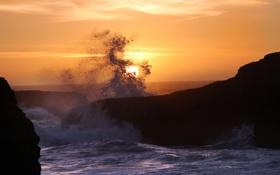 Обои море, вода, солнце, брызги, скала, камни, фото