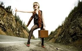 Картинка дорога, девушка, горы, трасса, блондинка, голосует