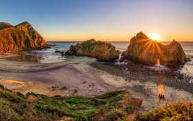 Картинка море, закат, камни, скалы, побережье, горизонт, лучи солнца