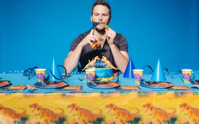 Картинка стол, свечи, фотограф, актер, торт, тарелки, динозавры