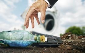 Обои бутылка, рука, ситуация, яхта, телефон
