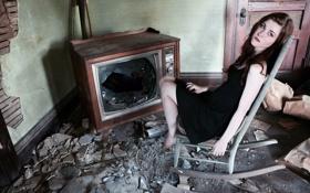Обои грусть, взгляд, девушка, одиночество, комната, настроение, телевизор